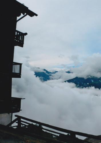 Aber der Nebel tauchte das Tal in ein wogendes Meer, das auf halber Höhe an die Berge kroch und sie mit seinen kraft- und lautlosen Wogen bedrängte.