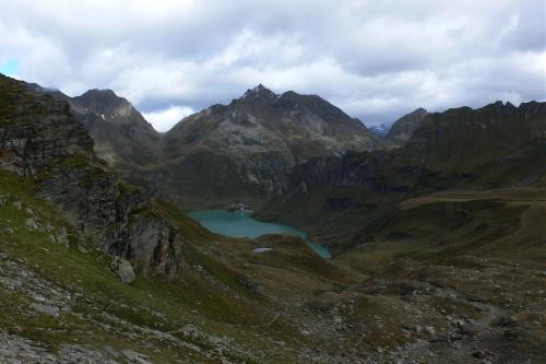 Wir erreichen den Vanninosee. Lebendunsee sagt man bei uns. Ein blaugrüner See mit Staumauer.